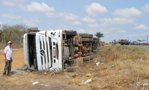 Acidente entre carreta e Uno deixa pessoas feridas próximo ao Lixão de Capim Grosso