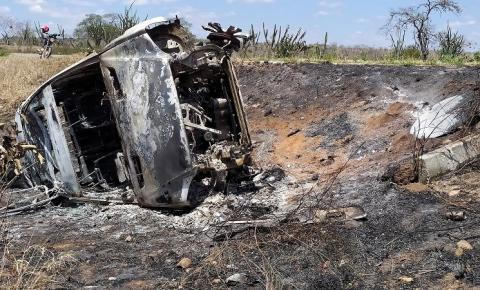 Carro de serrolandense pega fogo na BA-130 próximo a Várzea da Roça