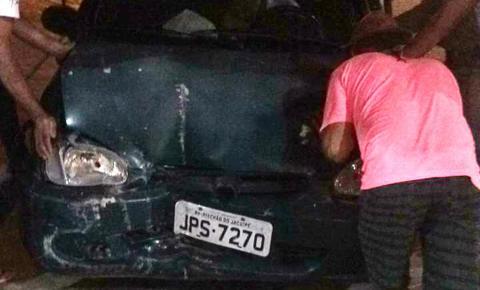 Condutor perde controle do veículo, invade calçada e quebra porta de estabelecimento comercial em Miguel Calmon