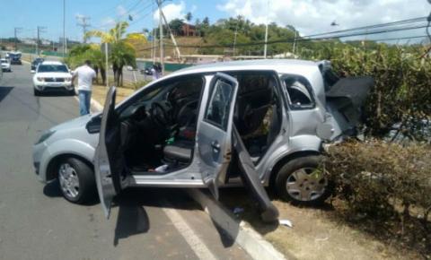 Perseguição e tiroteio provocam pânico na avenida Paralela; um assaltante foi baleado