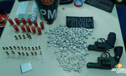 Grupo armado invade delegacia, atira em carcereiro e resgata preso na Bahia