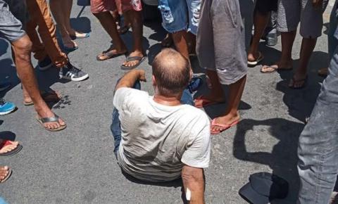 Populares detém homem que empunhava faca para agredir mulher em Jacobina