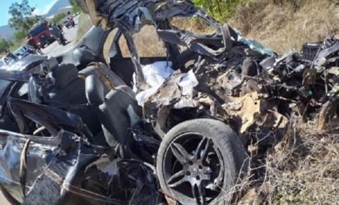 Homem morre ao colidir carro em ônibus que levava estudantes para Enem