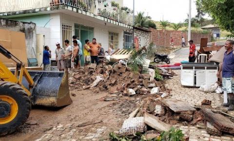 Fonte chuva derruba quatro muros e invade duas residências no Bairro Vila Feliz em Jacobina