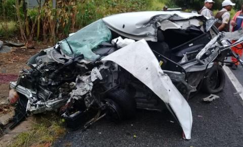 Mulher morre e criança de 9 anos fica ferida em acidente entre carro e caminhão-baú na BA