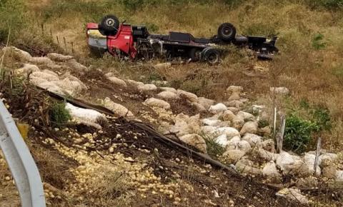 Caminhão tomba na BA-130, entre Mairi e Baixa Grande