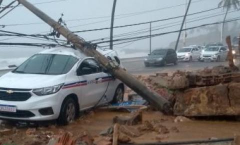 Após queda de muro, poste atinge carro na Orla de Amaralina em Salvador