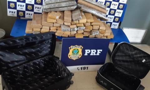 Passageiros de ônibus são presos pela PRF transportando mais de 50 quilos de maconha em bagagens