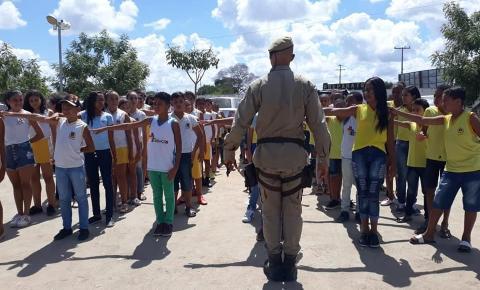 Alunos de Serrolândia visitam quartel em Capim Grosso e aprendem sobre a rotina da PM