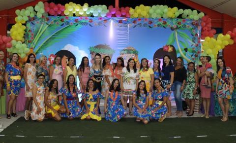 """Com o tema """"Festa do Havaí"""", os formandos da Creche Municipal Anita Meneses agitaram a noite desta terça-feira"""