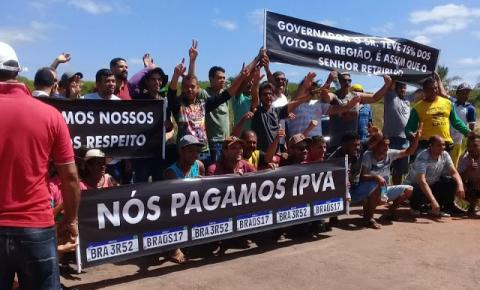 Manifestantes bloqueiam BA 131 entre Jacobina e Senhor do Bonfim, cobrando manutenção na rodovia