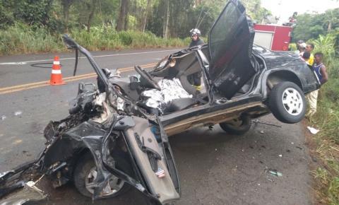 Jovem de 21 anos morre e outras 4 pessoas ficam feridas após carro bater em ônibus na Bahia