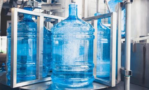 Empresas devem se certificar que galões de água estejam limpos