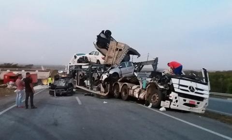 Batida entre caçamba e caminhão-cegonha deixa dois feridos em rodovia da Bahia; FOTOS