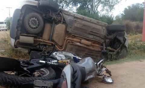 Carro sai da pista e capota após colidir com moto no interior da Bahia