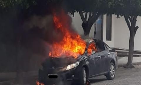 Carro de vereador de Valente é destruído pelo fogo em frente à Câmara
