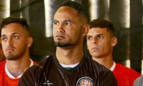 Presidente do Flu de Feira confirma negociação com goleiro Bruno: 'Pagou pelo que foi preso'