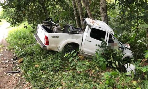 Homem morre e outro fica ferido após caminhonete sair de pista e bater em árvore