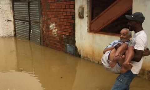 Chuva forte deixa ruas alagadas em Várzea Nova; família teve que ser resgatada