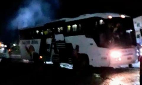Ônibus da Falcão Real pega fogo após deixar a rodoviária de Jacobina