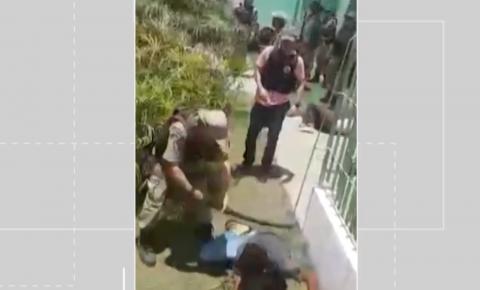 Vídeo mostra policiais agredindo homens durante confusão em frente a UPA em Capim Grosso