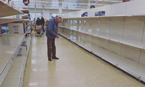 A fotografia de um idoso num supermercado que está a comover o mundo