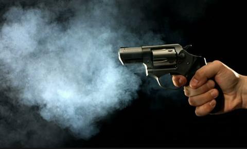 Três jovens foram baleados na noite desta segunda-feira (25) em diferentes pontos da cidade