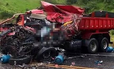 Motorista de caçamba morre após batida com carreta que transportava botijões de gás na Bahia