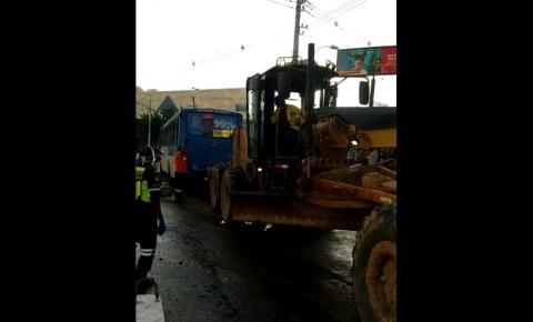Ônibus cai em vala de obra do BRT em Salvador; ninguém ficou ferido