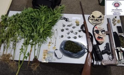 Pai e filho são presos suspeitos de tráfico de drogas na Bahia; armas e maconha são apreendidas