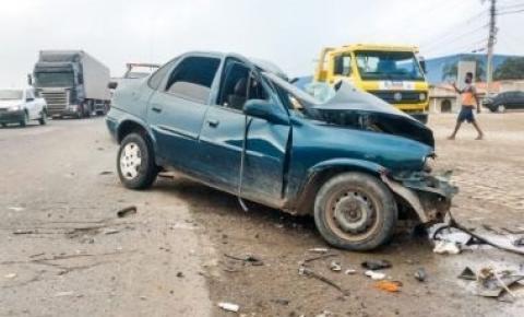 Colisão entre carro e caminhão deixa uma pessoa morta