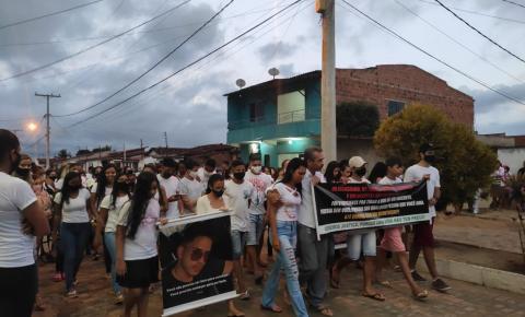 Manifestantes realizam caminhada pedindo paz em Serrolândia