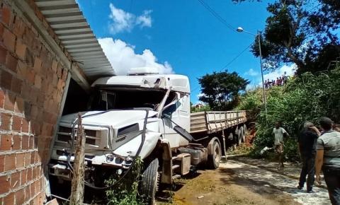 Caminhão sai de pista, desce barranco e atinge casa em rodovia da Bahia