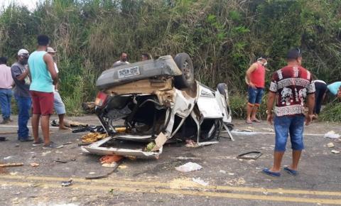 Uma pessoa morre e quatro ficam feridas após carro capotar na BA