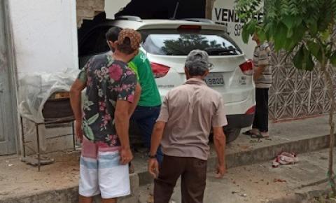 Carro invade casa em Capim Grosso após condutora perder controle do veículo