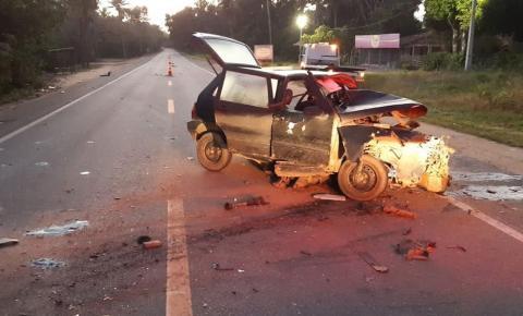 Batida entre dois carros deixa um morto e feridos no extremo sul da Bahia; um dos veículo ficou parcialmente destruído