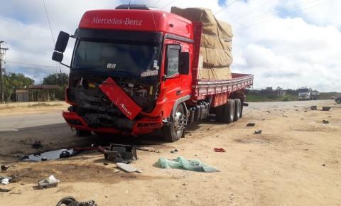 Batida entre carro e caminhão deixa quatro pessoas mortas em rodovia da Bahia