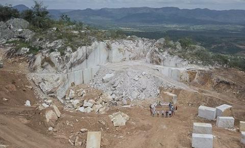 Saúde: Mineradora destrói topo de serra sagrada; moradores protestam no local