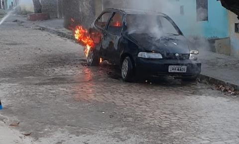 Carro incendiado no Bairro Vila Feliz em Jacobina
