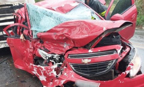 Batida entre carro e caminhão deixa duas mulheres mortas e uma ferida no sul da Bahia