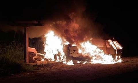 Buraqueira provoca acidente e carro pega fogo na BA 131, entre o município de Jacobina e Caém