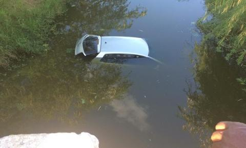 Carro cai em lago com dois homens em Lages do Batata de Jacobina