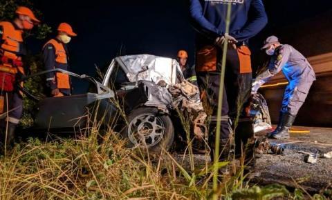 Colisão na BR 324 envolvendo caminhão e Kadett próximo a Tanquinho deixa dois mortos e um gravemente ferido