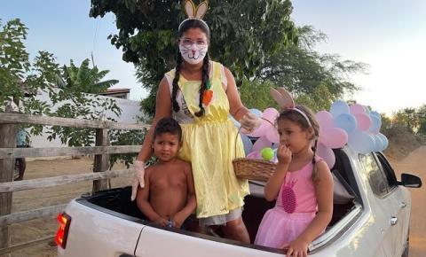 Professora Nivia Sampaio leva lembrancinhas com ovo da Páscoa para seus alunos no município de Miguel Calmon