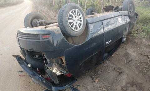 Condutor de veículo Pálio capota na estrada vicinal em Jacobina