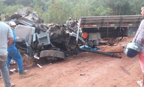 Caminhão capota em estrada vicinal de Miguel Calmon