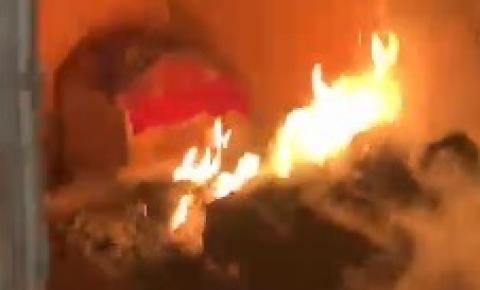 Residência pega fogo após ser atingida por fogos de São João. VEJA VÍDEO
