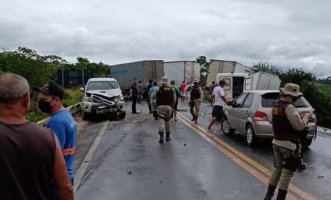 Mulher morre 5 ficam feridos em acidente com dez veículos na BR-101