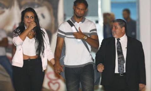 Acompanhado pela esposa, Bruno sai da prisão após receber liminar do STF