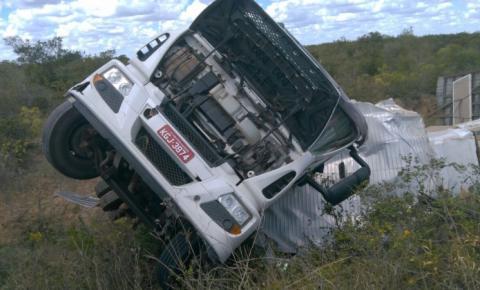 Caminhão carregado com eletrodomésticos tomba na BA 052, próximo a Morro do Chapéu